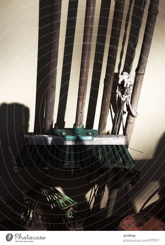 Hinter dem Gartenhaus Besenstiel Raumpfleger Frühjahrsputz Reinigen Eimer Reinigungsmittel Müllbehälter Türklopfer Besenkammer Kammer Kübel Handwerk
