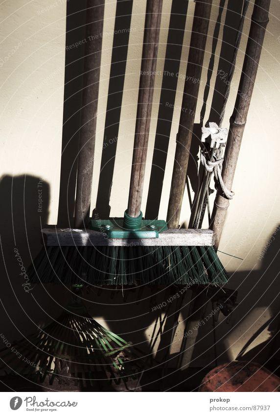 Hinter dem Gartenhaus Freude Garten Sauberkeit Reinigen Handwerk Müllbehälter Besen Eimer Raumpfleger Kübel Besenstiel Reinigungsmittel Kammer Frühjahrsputz Türklopfer Besenkammer