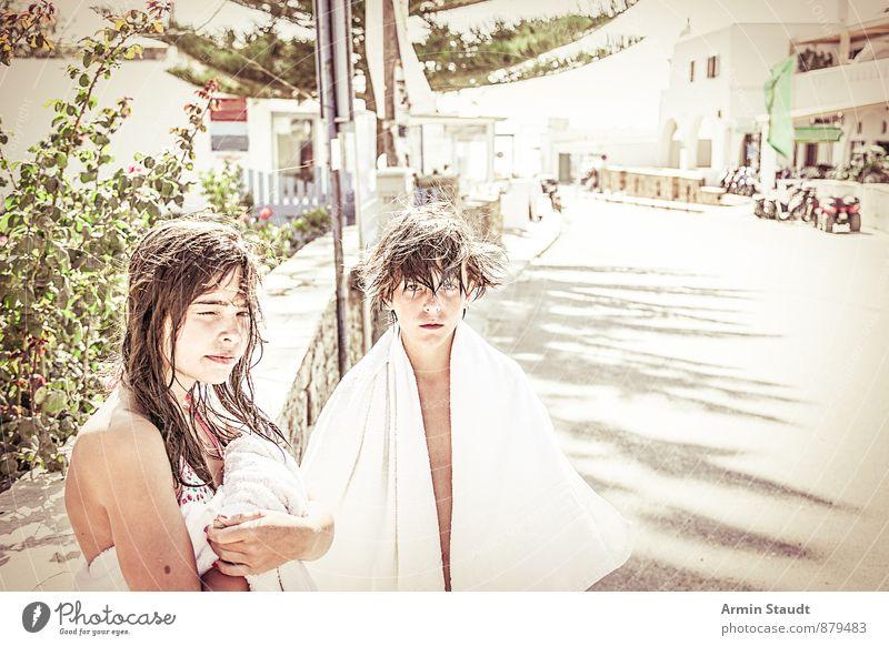 Nach dem Bad Mensch Kind Ferien & Urlaub & Reisen Jugendliche weiß Haus Straße feminin Haare & Frisuren maskulin Zusammensein Lifestyle Zufriedenheit
