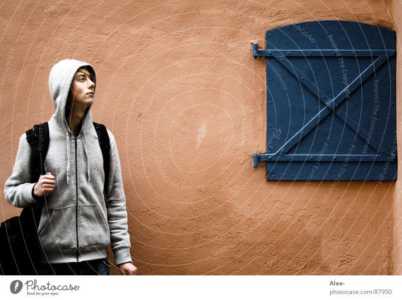 Gangsta from da Pharm Jugendliche Fenster Holz orange warten Tür stehen Bauernhof Dorf Jacke Amerika Skulptur Langeweile links Marder Gangsta Rap