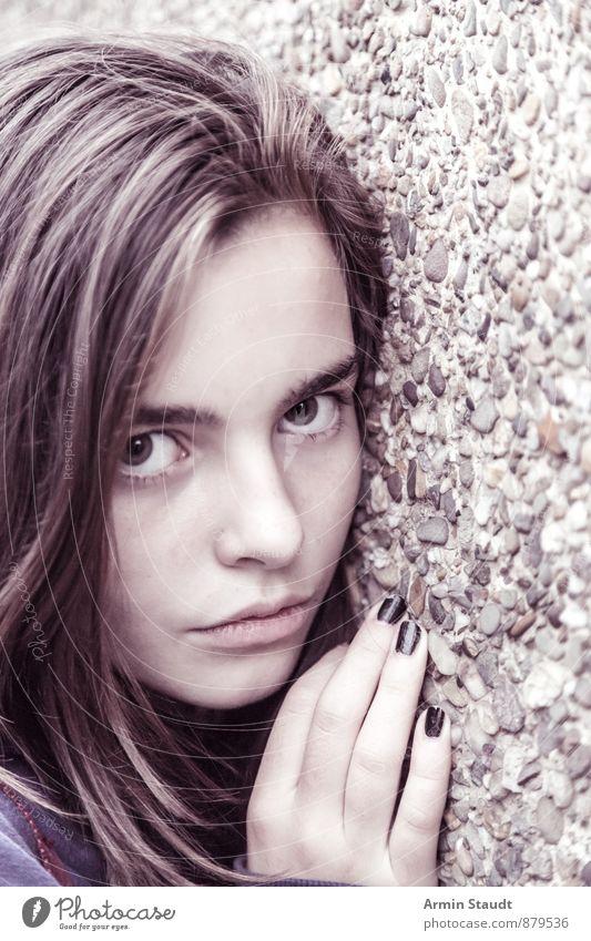 Das Mädchen und die Wand Mensch Frau Kind Jugendliche schön Hand kalt Erwachsene Gefühle Mauer Stimmung Kopf Lifestyle authentisch 13-18 Jahre