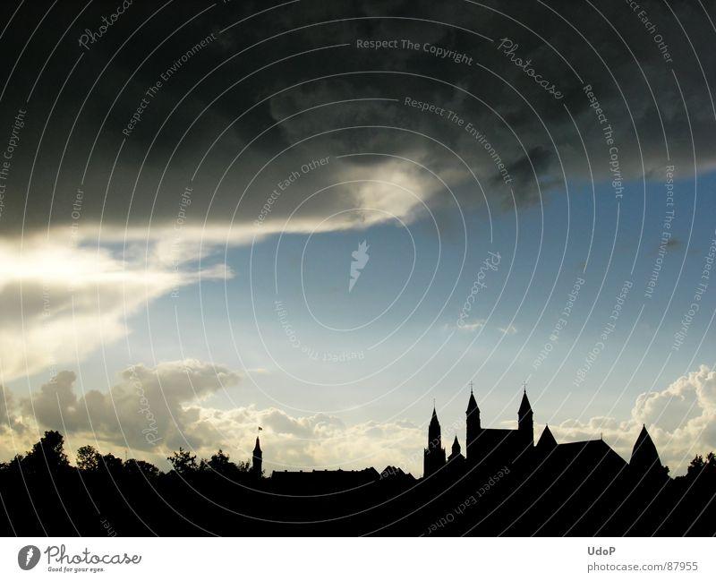 Himmel-Stadt-Sandwich schwarz Wolken dunkel Europa Niederlande Maastricht