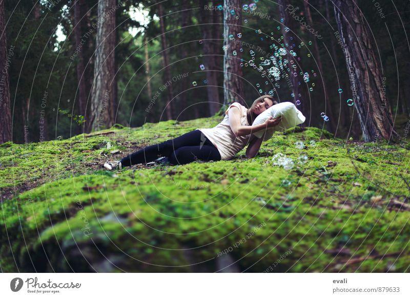 Geplatzte Träume feminin 1 Mensch 13-18 Jahre Kind Jugendliche 18-30 Jahre Erwachsene Wald Polster Seifenblase schlafen träumen grün Frühlingsgefühle