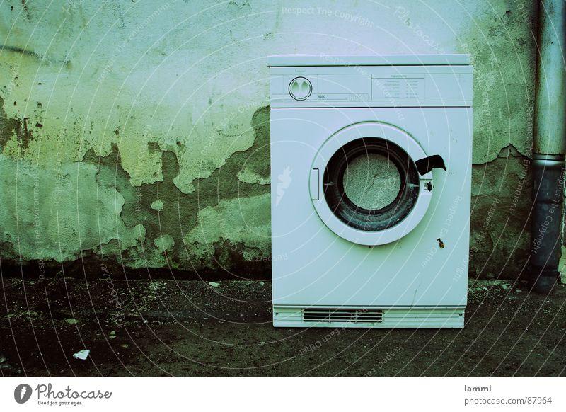 Waschtag Sauberkeit grün Reinigen Waschmaschine Wäsche dreckig Ecke alt scheckig Wäscherei Mauer Waschmittel Bekleidung Möbel Wasser 90° waschung mit wasser