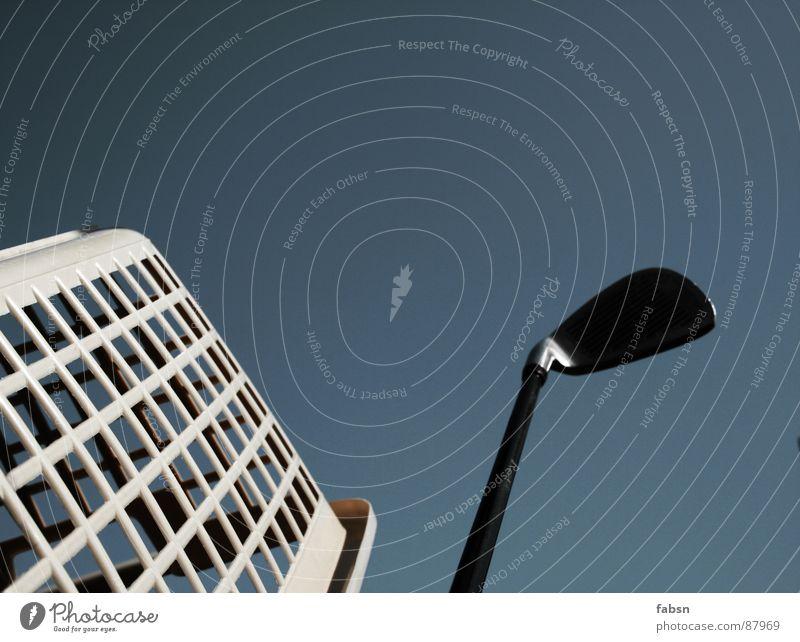 FEIK Design Miniatur Fälschung Laterne Golfschläger Hochhaus Wäschekorb Himmel kalt springen Fenster Licht Fassade Beton Bla Froschperspektive Langeweile
