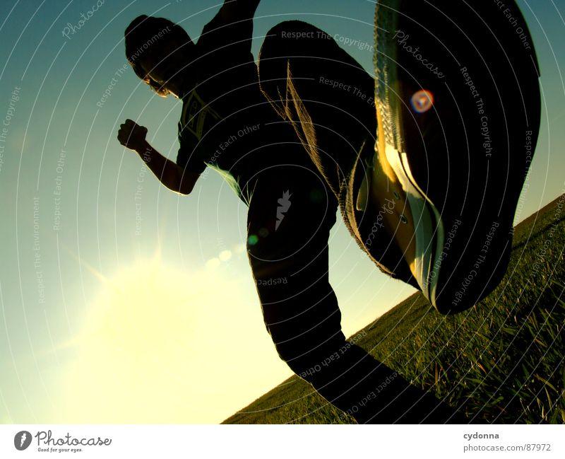 KICK Mensch Himmel Natur grün Sonne Freude Landschaft Wiese Gefühle Freiheit Wärme Gras Stil Beine Körperhaltung erleuchten