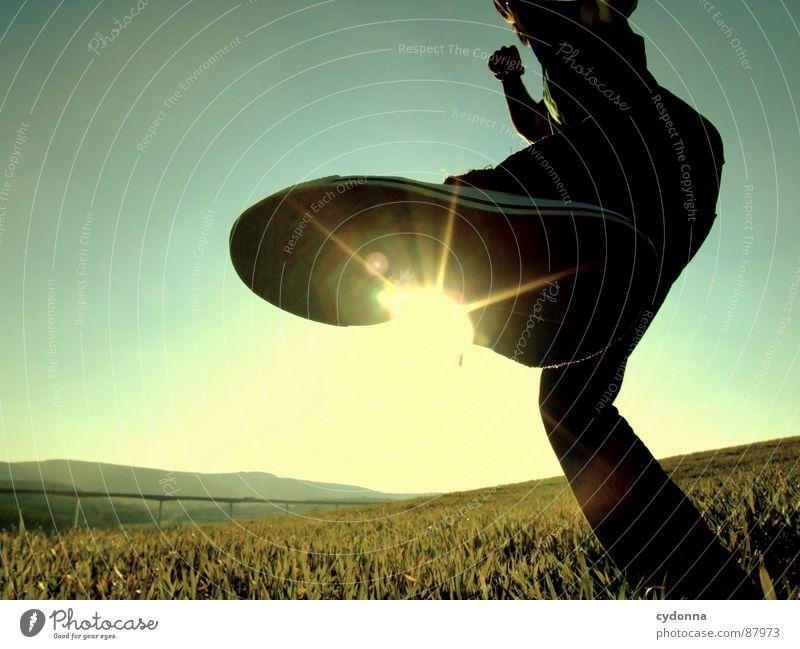 KICK IT BACK Fußtritt erleuchten Wiese Gras grün Stil Sonnenuntergang Körperhaltung Halm Sonnenbrille Sonnenlicht Kick Chucks Froschperspektive Gefühle Mensch