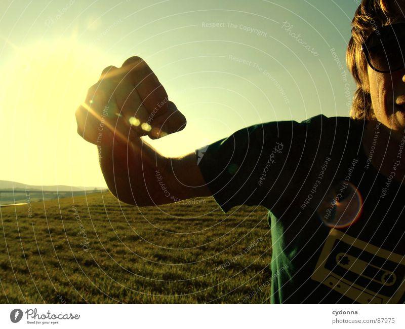 PUNCH Schlag erleuchten Wiese Gras grün Stil Sonnenuntergang Körperhaltung Halm Sonnenbrille Sonnenlicht Musikkassette Kick Chucks Froschperspektive Schlagkraft