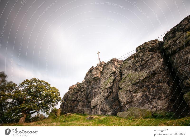 Heiter bis wolkig Himmel grün Baum Landschaft Wolken dunkel Herbst Gras grau braun Felsen Wind Gipfel Kreuz schlechtes Wetter Naturschutzgebiet