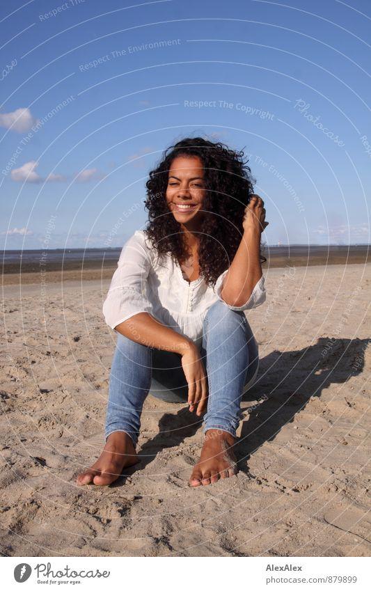 Tag am Meer Jugendliche schön Sommer Erholung Junge Frau Strand 18-30 Jahre Erwachsene natürlich Glück lachen Sand sitzen ästhetisch Fröhlichkeit Ausflug