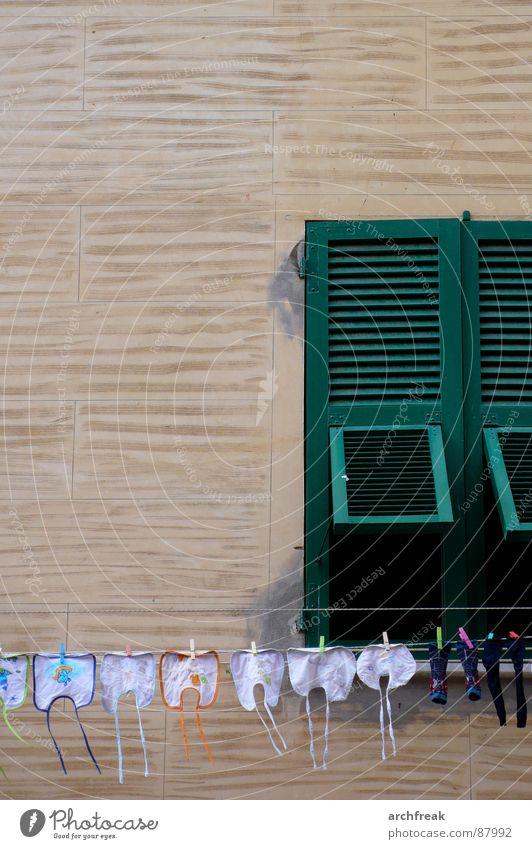Montag, Dienstag, Mittwoch, Donnerstag .... Waschtag! Lätzchen Wäscheleine Wand Fassade Fensterladen Italien Südeuropa Sommer Strümpfe Wäscheklammern grün beige