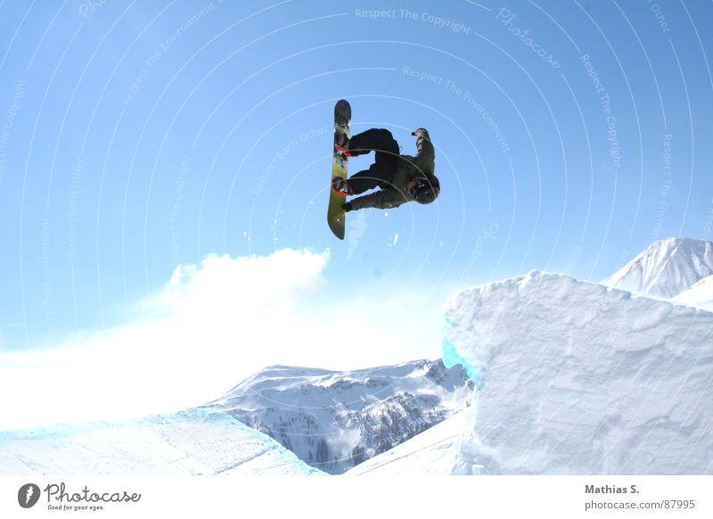 Rodeo Wolken Freude Berge u. Gebirge Schnee Stil Sport fliegen springen Freizeit & Hobby Luft hoch Körperhaltung Mut Dynamik Österreich Blauer Himmel