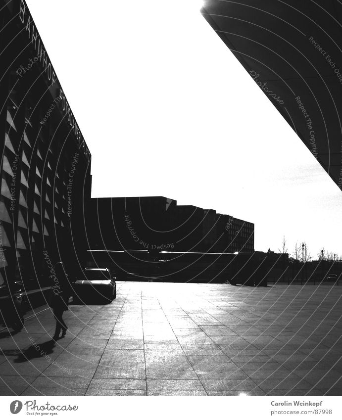 Allein. Potsdamer Platz schwarz Mittag Berlin Sehnsucht Einsamkeit gehen Fluchtpunkt Geometrie Spaziergang Schattendasein Bus Bewegung blond unterwegs