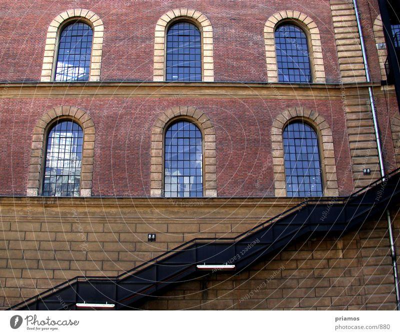 aufwärts Backstein Fenster Architektur Industriefotografie Treppe