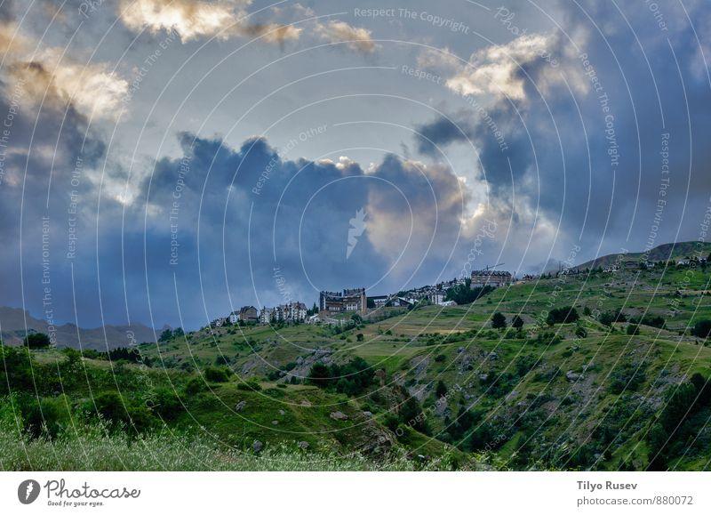 Natur schön grün Berge u. Gebirge beobachten Macht Dorf schlechtes Wetter