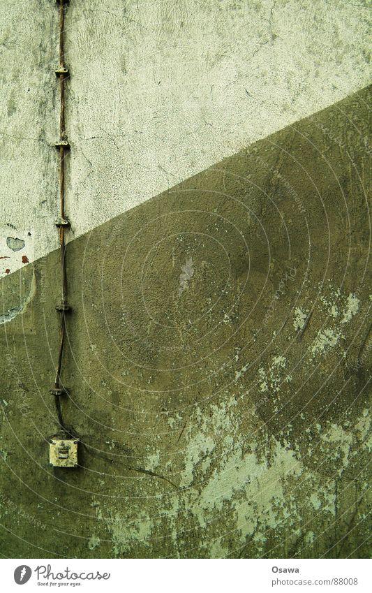 VEB Elektrokohle 06 Aufputzinstallation grün Kabel Lichtschalter diagonal Treppenhaus verfallen Neigung