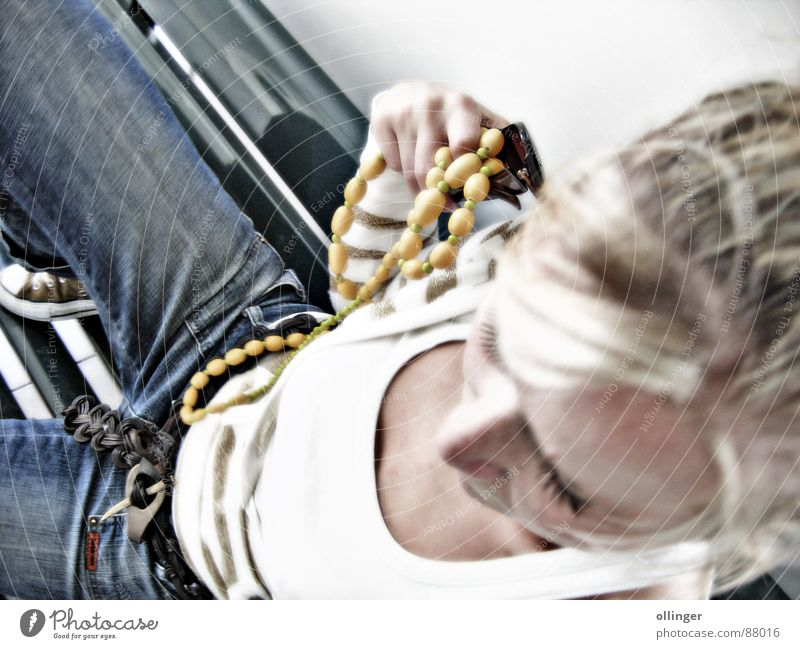 My babe posing Frau blond Jeanshose Bank Dame Schmuck Jeansstoff Top Perspektive Halskette