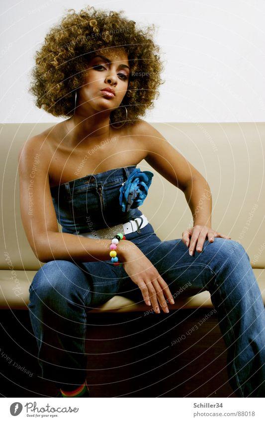 FATMA Frau schön Erotik schwarz feminin Stil lachen Haare & Frisuren Mode braun sitzen Haut Beautyfotografie Bank dünn Jeanshose