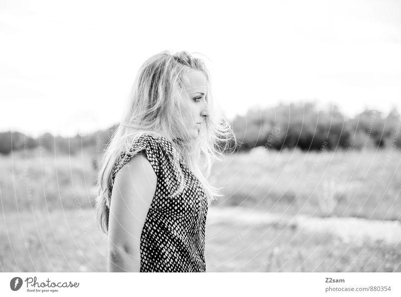 SAD elegant schön feminin Junge Frau Jugendliche 18-30 Jahre Erwachsene Herbst Heide Steppe Mode Kleid blond langhaarig natürlich ruhig träumen Traurigkeit