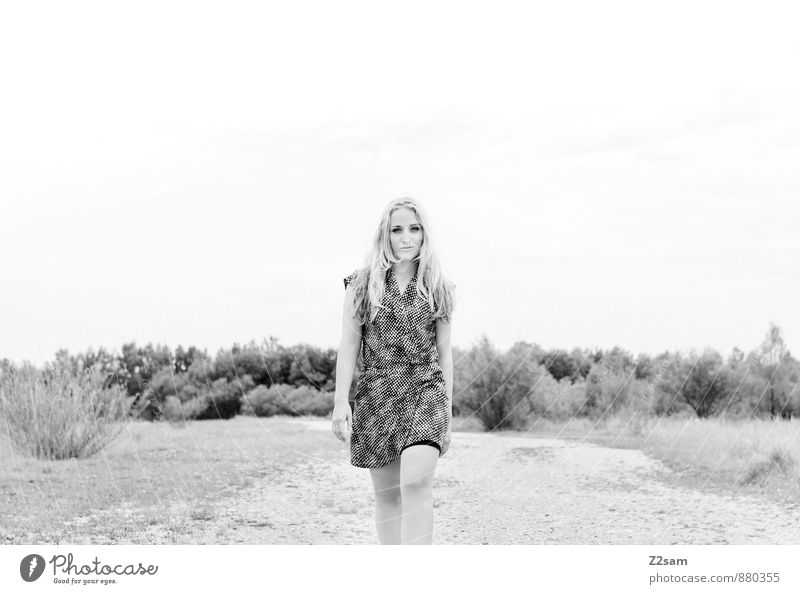 Fall2014 Natur Jugendliche schön Junge Frau Einsamkeit Landschaft 18-30 Jahre Erwachsene Herbst Bewegung feminin Stil gehen Mode Park Lifestyle