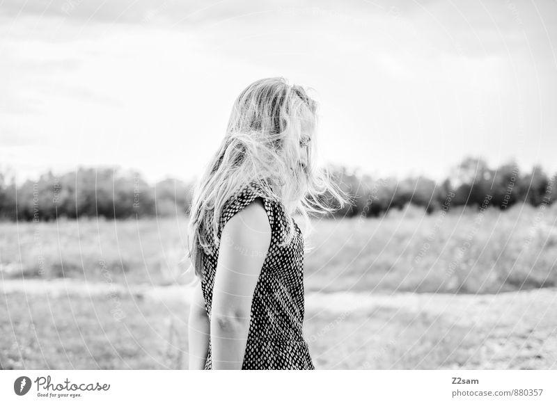 Sad elegant Stil schön feminin Junge Frau Jugendliche 1 Mensch 18-30 Jahre Erwachsene Umwelt Landschaft Herbst schlechtes Wetter Sträucher Mode Kleid blond