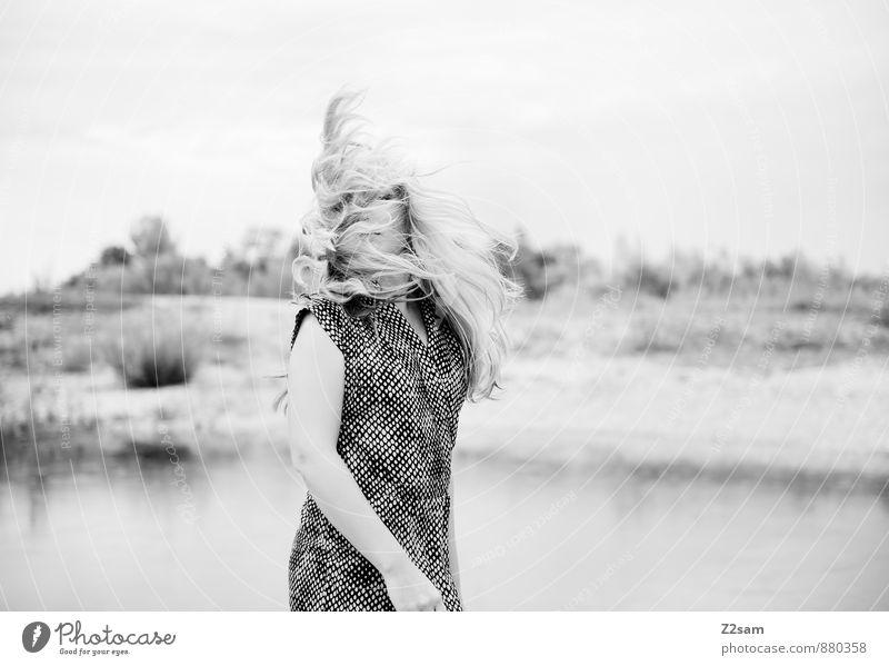 Fall2014 Lifestyle elegant Stil schön feminin Junge Frau Jugendliche 18-30 Jahre Erwachsene Umwelt Landschaft Herbst Seeufer Mode Kleid Haare & Frisuren blond