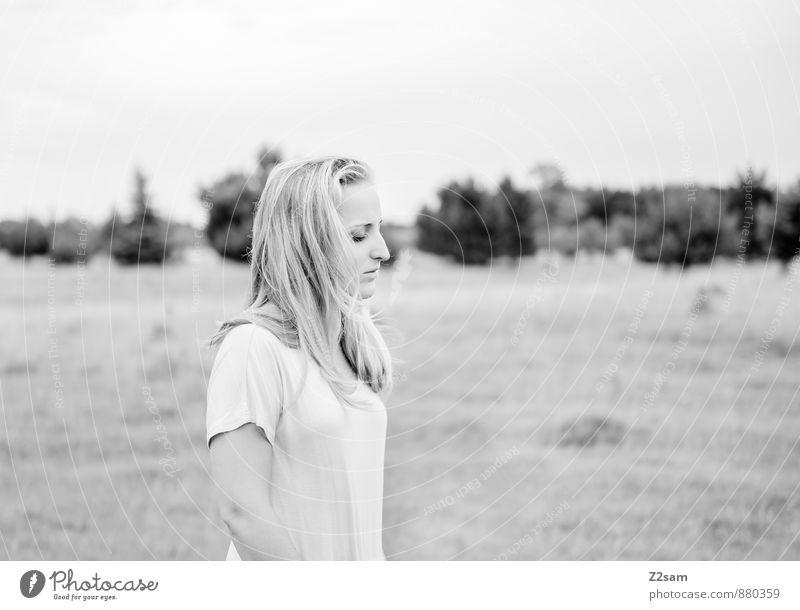 Lost Lifestyle elegant Stil schön feminin Junge Frau Jugendliche 1 Mensch 18-30 Jahre Erwachsene Umwelt Natur Landschaft Sommer Sträucher Wiese Mode Kleid blond