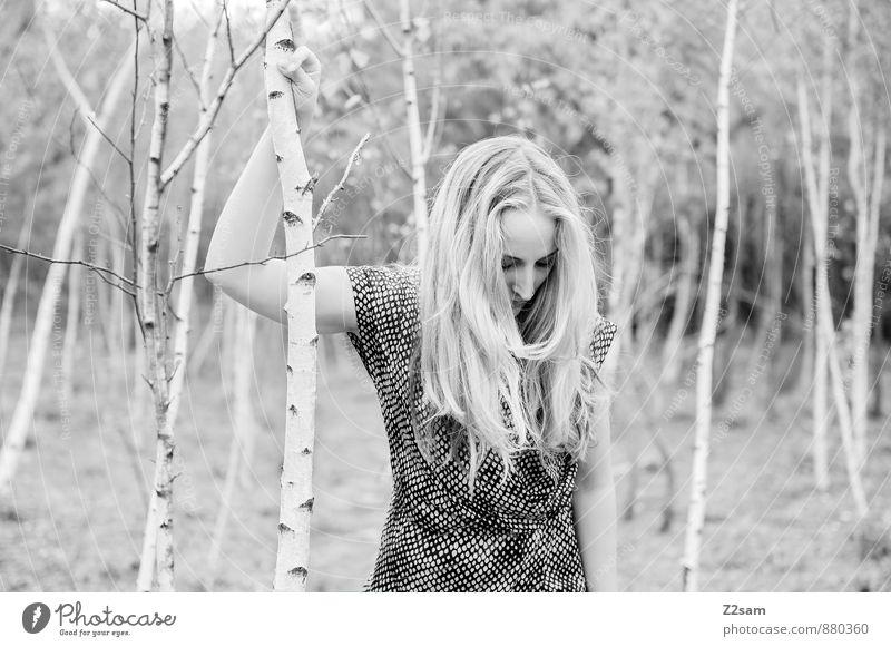 SAD Lifestyle elegant Stil schön feminin Junge Frau Jugendliche 18-30 Jahre Erwachsene Umwelt Natur Landschaft Baum Sträucher Wiese Mode Kleid blond langhaarig
