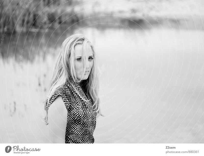 Fall2014 elegant Stil schön feminin Junge Frau Jugendliche 18-30 Jahre Erwachsene Umwelt Natur Landschaft Herbst Gras Sträucher Seeufer Mode Kleid blond