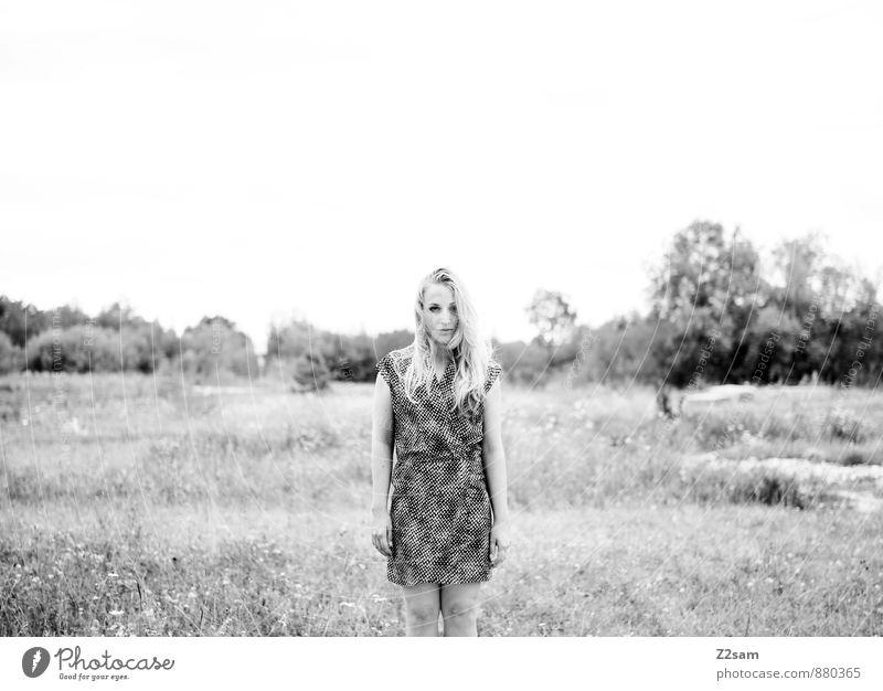 SAD elegant Stil schön feminin Junge Frau Jugendliche 18-30 Jahre Erwachsene Umwelt Natur Landschaft Herbst Baum Gras Sträucher Mode Kleid blond langhaarig