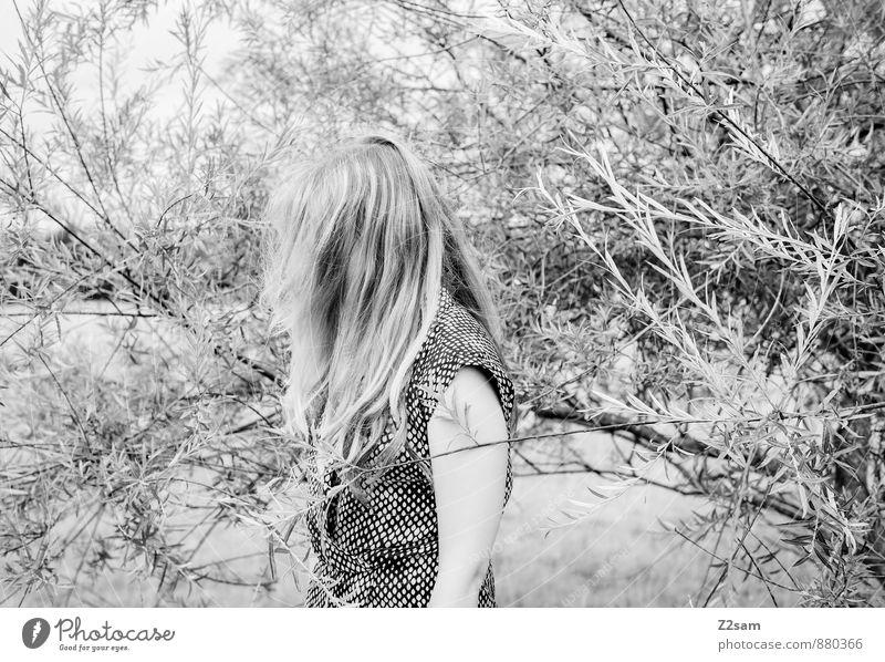 Sad elegant Stil schön feminin Junge Frau Jugendliche 18-30 Jahre Erwachsene Umwelt Natur Landschaft Herbst Pflanze Sträucher Mode Kleid blond langhaarig stehen