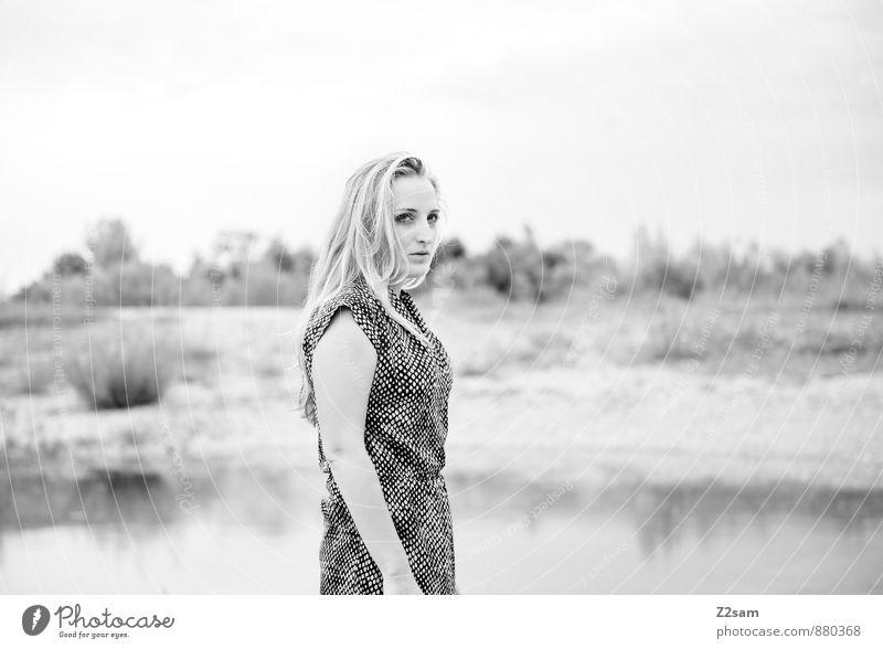 Fall 2014 elegant Stil schön feminin Junge Frau Jugendliche 18-30 Jahre Erwachsene Umwelt Natur Landschaft Herbst Sträucher Seeufer Flussufer Mode Kleid blond