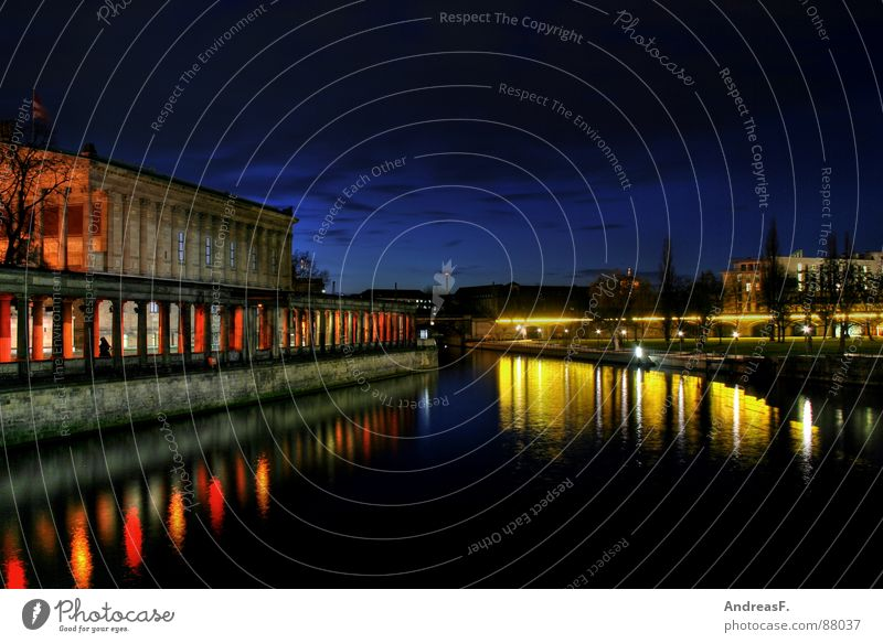 blau in berlin Wasser gelb Berlin Fluss historisch Säule Museum Dom Berlin-Mitte Hauptstadt Nachtaufnahme Spree Museumsinsel Deutscher Dom