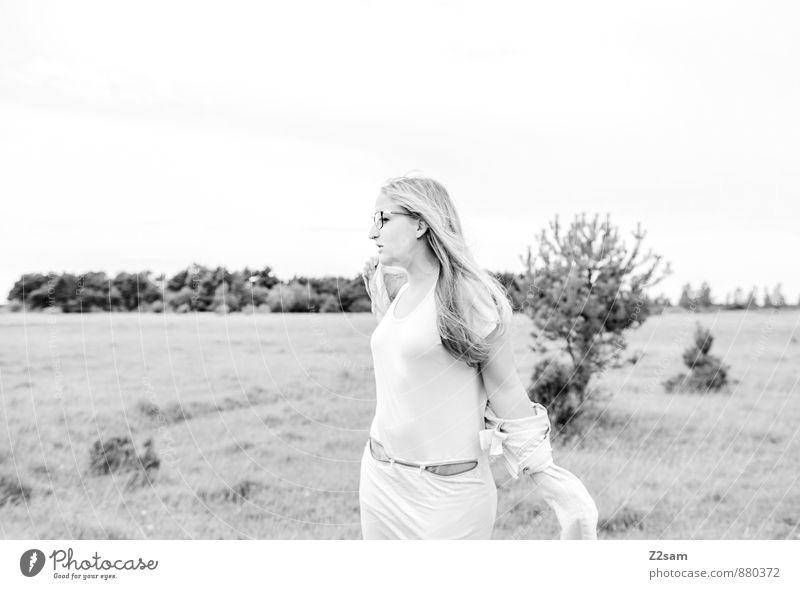 Traumtänzerin Lifestyle elegant Stil schön feminin Junge Frau Jugendliche 18-30 Jahre Erwachsene Umwelt Natur Landschaft Herbst Pflanze Gras Sträucher Wiese