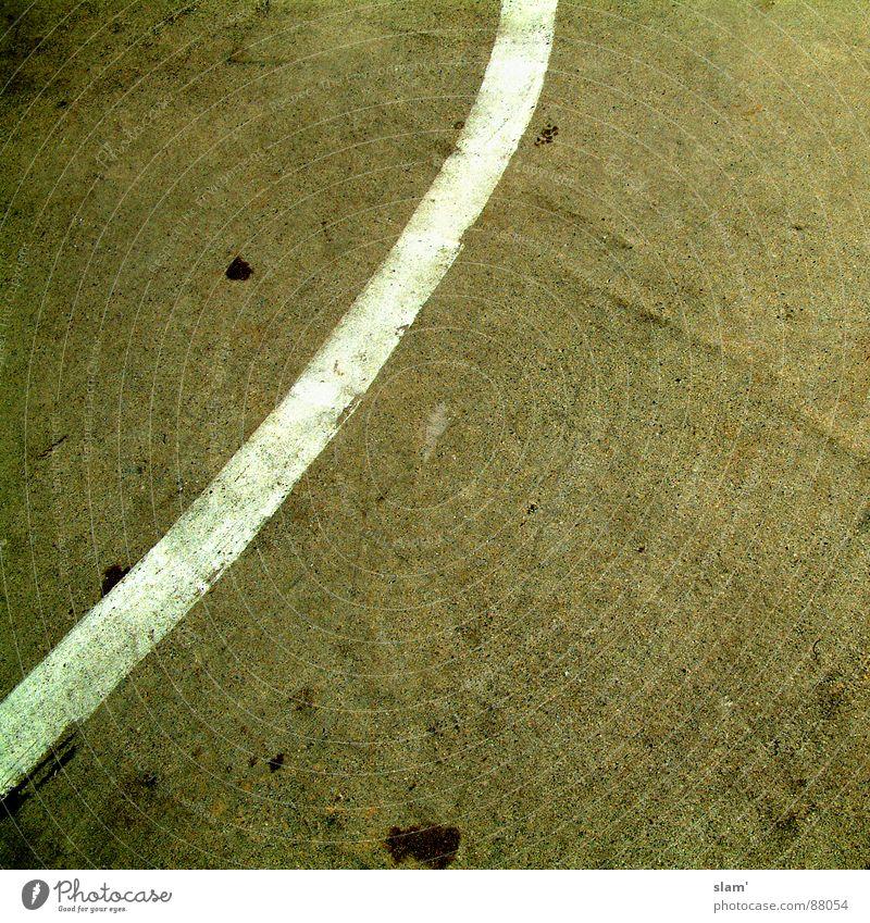 Follow me! alt dunkel Linie dreckig Schilder & Markierungen leer einfach verfallen Verkehrswege Fleck wenige Parkhaus hässlich gemalt sehr wenige gekrümmt