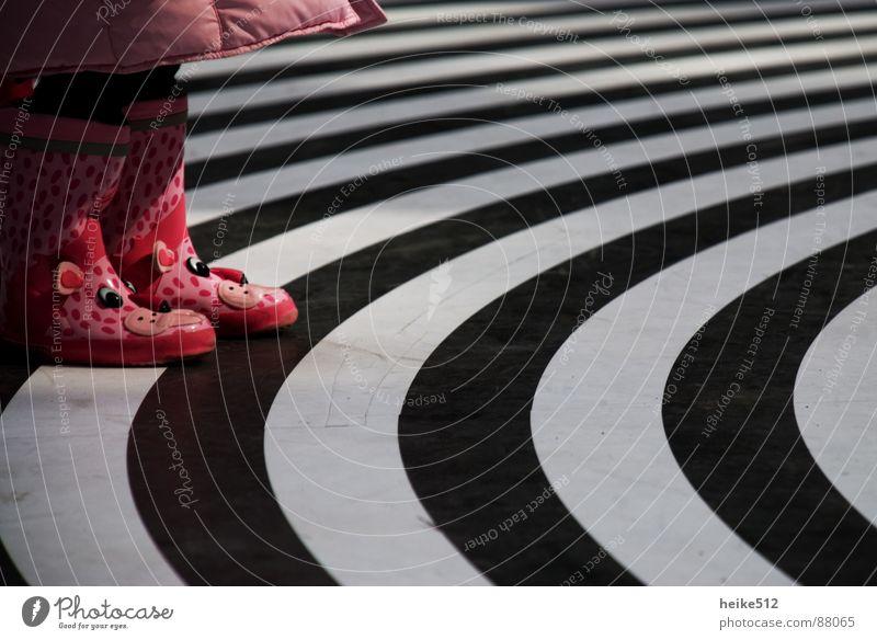 ... rosa, rosa, rosa sind alle meine kleider... Kind Freude Schuhe klein Bekleidung Kreis süß niedlich Kleinkind Seele Zebra Gummistiefel herzlich