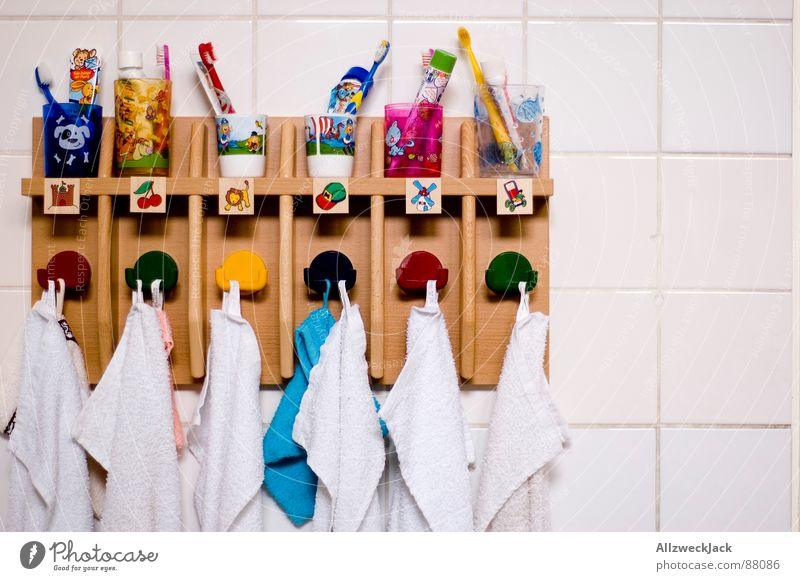 Ordnung ist das halbe Leben.. Kindheit Bildung Fliesen u. Kacheln Kindergarten Zahnpflege Handtuch Haken Zahnbürste Vorschule Zahncreme Zahnputzbecher