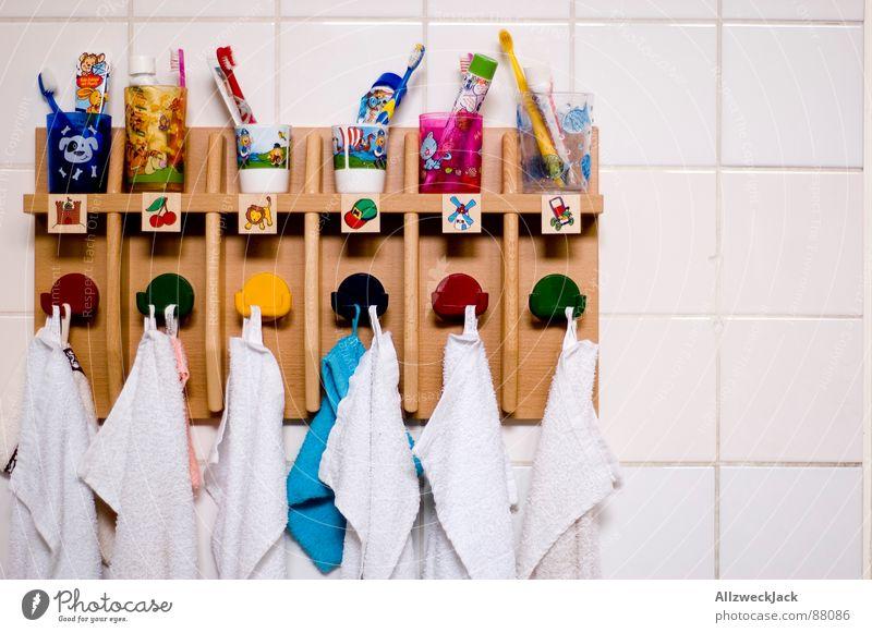 Ordnung ist das halbe Leben.. Ordnung Kindheit Bildung Fliesen u. Kacheln Kindergarten Zahnpflege Handtuch Haken Zahnbürste Vorschule Zahncreme Zahnputzbecher Handtuchhaken