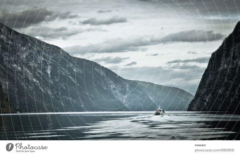 fjord Umwelt Natur Landschaft Wasser Hügel Felsen Berge u. Gebirge Wellen Küste Bucht Fjord Schifffahrt Kreuzfahrt Bootsfahrt Passagierschiff Fähre kalt grau