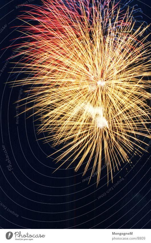 Feuerwerk Nacht mehrfarbig gelb rot violett Feuerball Langzeitbelichtung Funken