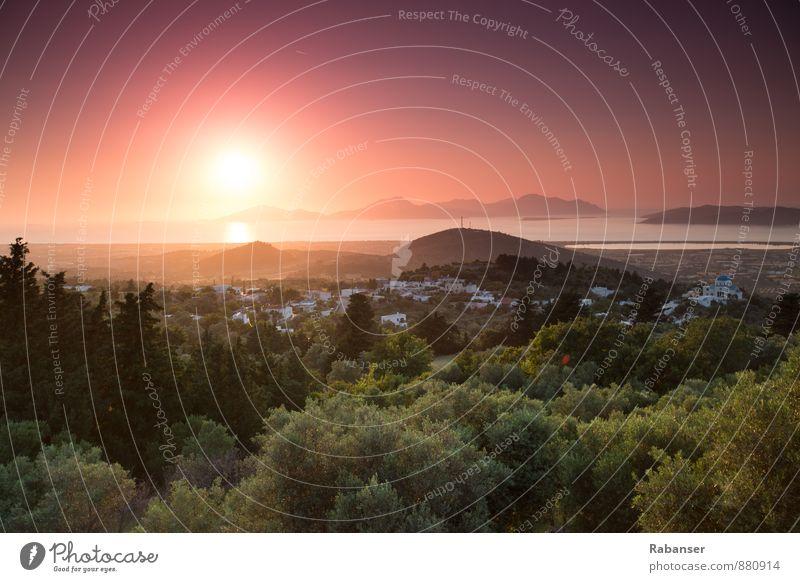 Sonnenuntergang in Griechenland Natur Landschaft Himmel Wolkenloser Himmel Horizont Sonnenaufgang Hügel Küste Seeufer Bucht ästhetisch authentisch grün orange