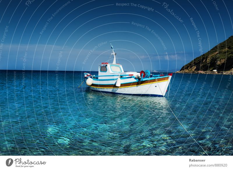 Fischerboot Schifffahrt Bootsfahrt Unendlichkeit historisch blau weiß Wasserfahrzeug Meer Griechenland Horizont Himmel (Jenseits) Angeln Ankerplatz Menschenleer