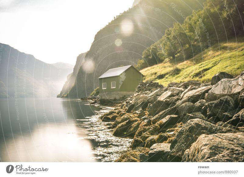 bootshaus Wald Hügel Felsen Berge u. Gebirge Küste Flussufer Bucht Fjord Haus Bauwerk Wärme Idylle Erholung Natur Sonne Sonnenstrahlen Bootshaus Norwegen ruhig