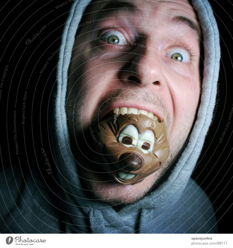 chocolate monster Freak Schokolade süß Gesicht Feinschmecker Ernährung Blick verdrücken Mahlzeit Freude zubeißen Kapuze kaputzenpulli genießen Auge süßlich