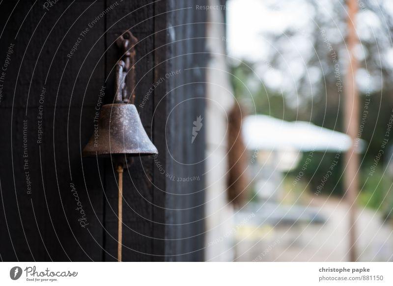 Bitte nicht an die große Glocke hängen Garten Mauer Wand Metall Rost alt Klingel läuten glockenklingeln wecken garteneinrichtung Bronze Klang Farbfoto