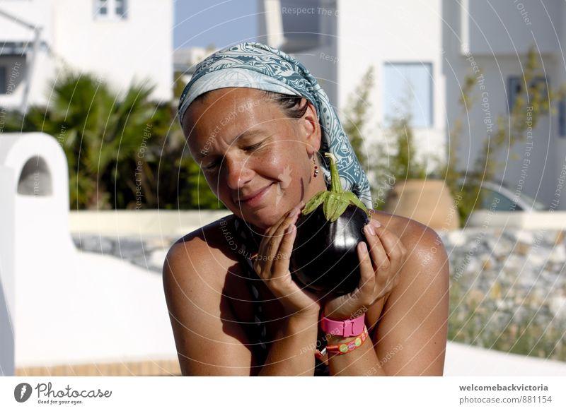 Glückliche lächelnde Frau im Urlaub in Griechenland mit Aubergine in der Hand Lebensmittel Gemüse Essen Bioprodukte Vegetarische Ernährung schön