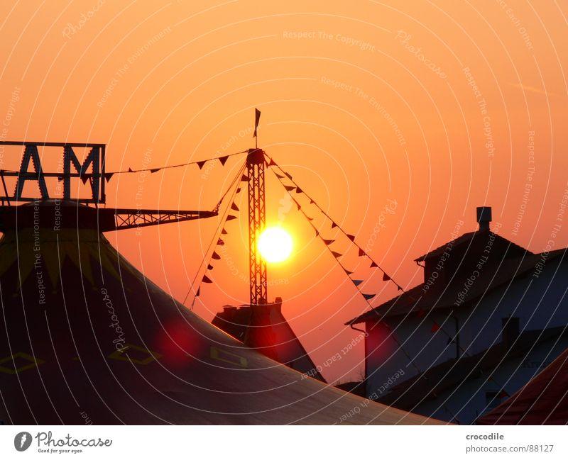 zirkus Gegenlicht Mai Haus Zirkus Manege Beleuchtung grell Freude sonne sonnenuntergang