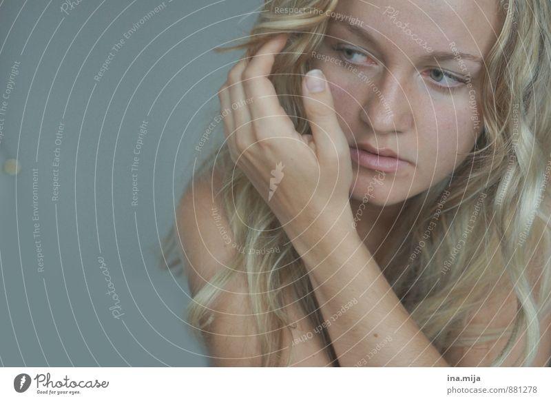 junge blonde Frau Mensch Junge Frau Jugendliche Erwachsene Gesicht 1 18-30 Jahre 30-45 Jahre Haare & Frisuren langhaarig Locken ästhetisch authentisch schön