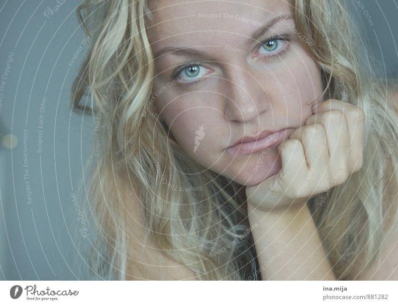 | Mensch feminin Junge Frau Jugendliche Erwachsene Gesicht 1 18-30 Jahre 30-45 Jahre Haare & Frisuren blond langhaarig Locken beobachten Denken Traurigkeit