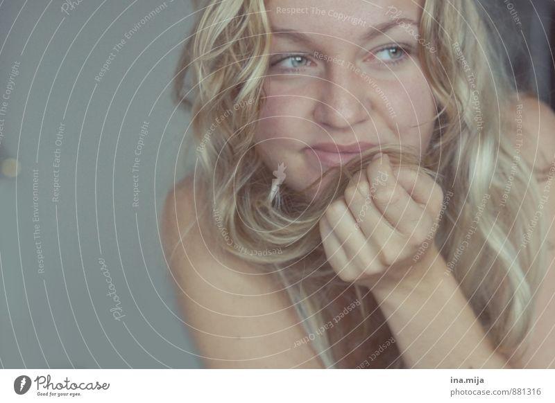 || Mensch feminin Junge Frau Jugendliche Erwachsene Gesicht 1 18-30 Jahre 30-45 Jahre Haare & Frisuren blond langhaarig Locken Lächeln Freundlichkeit